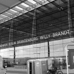 wikimedia-commons_256px-Flughafen_Willy_Brandt_(Schnefeld)_Eingang_bw