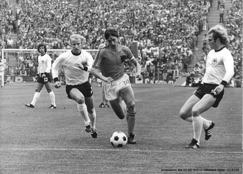 ADN-ZB-Mittelstädt-16.7.74-wen-München: X. Fußball-Weltmeisterschaft- Endspiel BRD gegen Niederlande 2:1 am 7.7.74- Johannes Cruyff (Niederlande, Mitte) setzt sich hier gegen die beiden BRD-Spieler Berti Vogts (2.von links) und Uli Hoeness (rechts) durch.